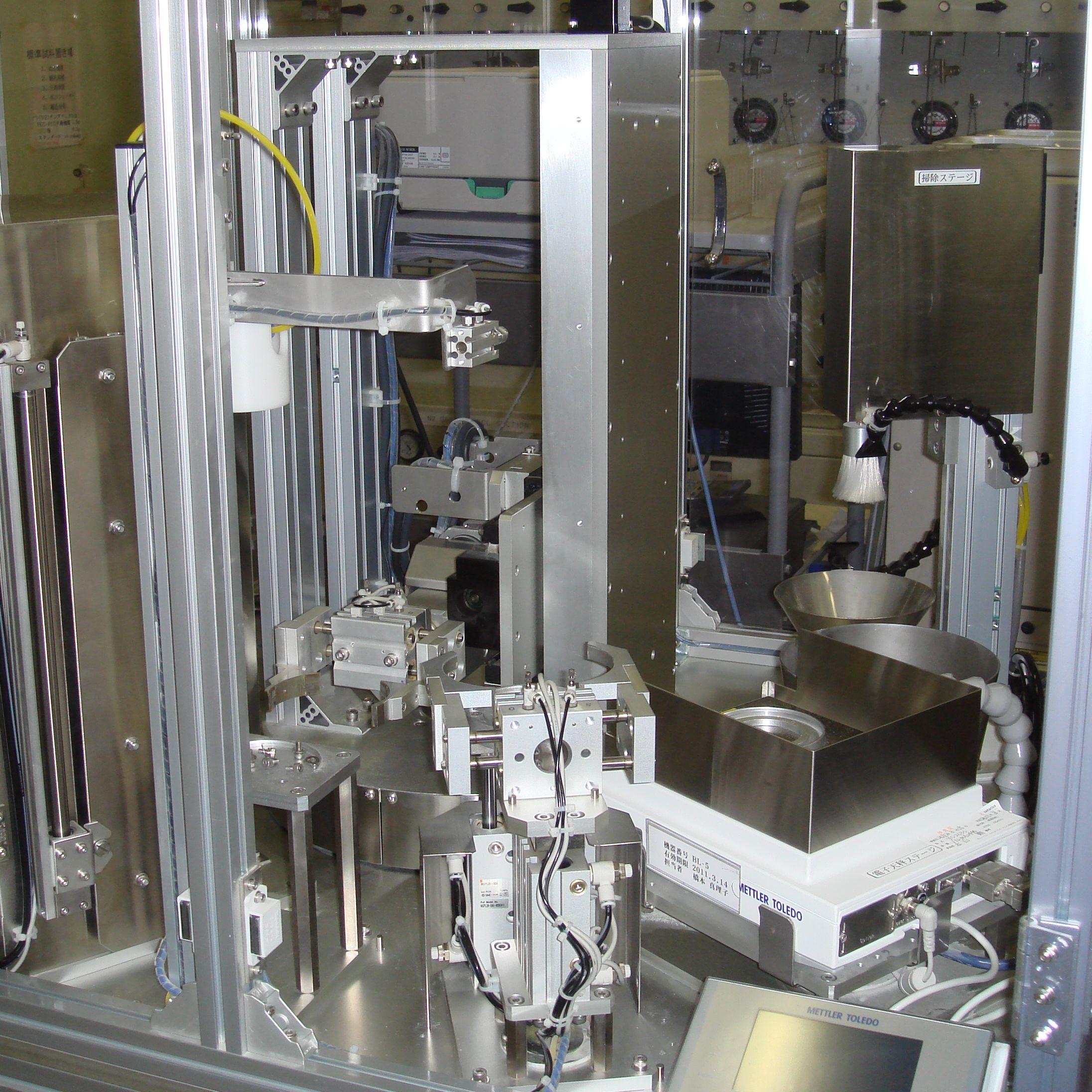 計量部(天秤)・篩掃除部とロボット