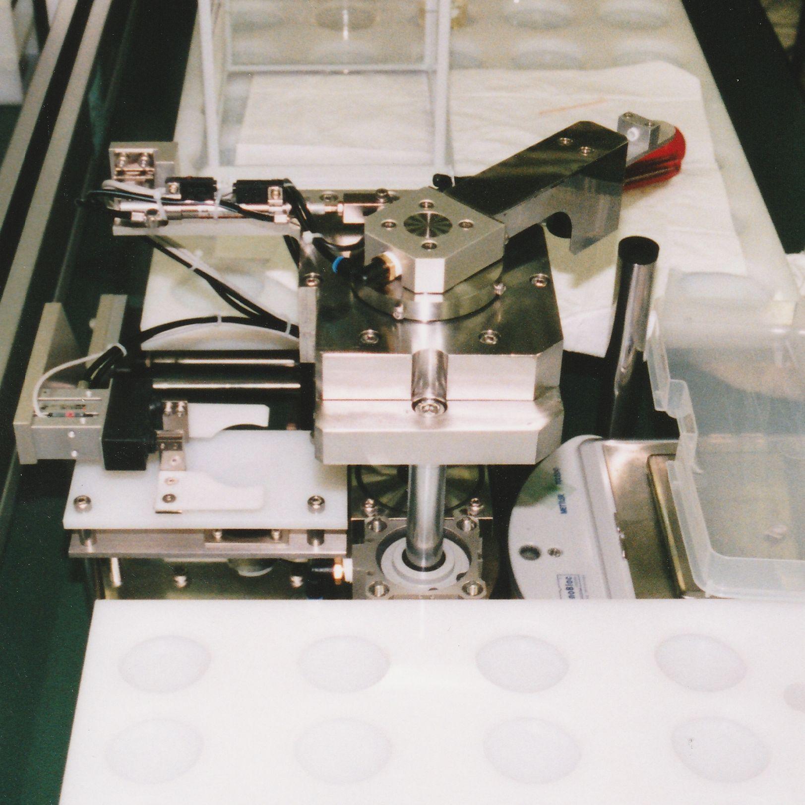 サンプルテーブルとハンドリングロボット